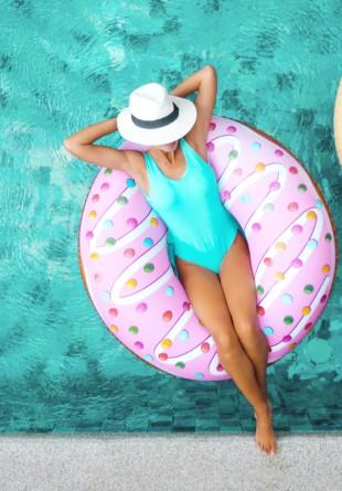 Cele mai chic costume de baie de purtat la piscină